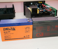 Оригинальный RBC114: CSB UPS 12240 12V 5Ah от APC Back-UPS RS 500 справа и новая DELTA Battery HR 12-24W UPS series 12V 6Ah